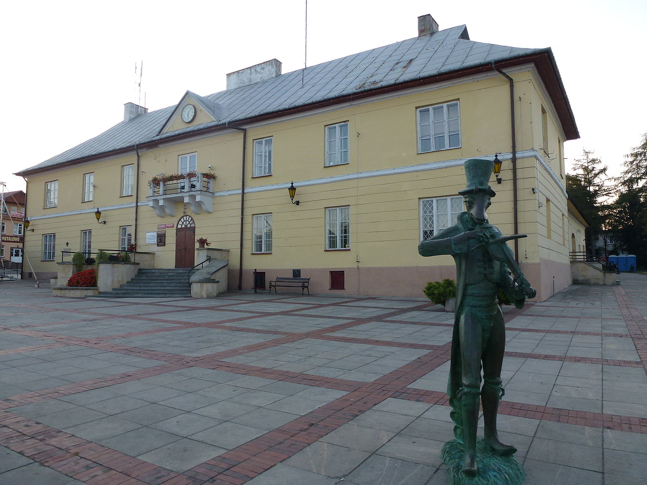 Pomnik chrząszcza natle ratusza (pl.T. Kościuszki)