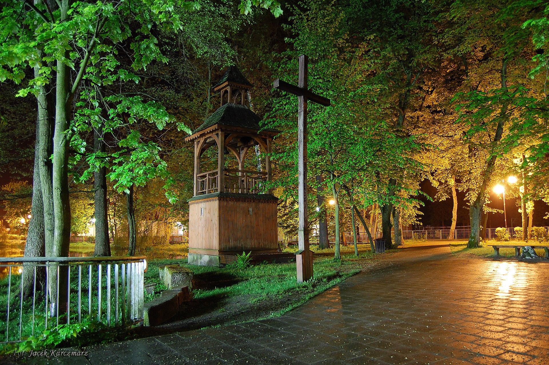 Dzwonnica obok kościoła